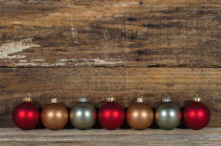 Photo pour Décoration de Noël avec décor de boules sur fond bois, espace de copie - image libre de droit