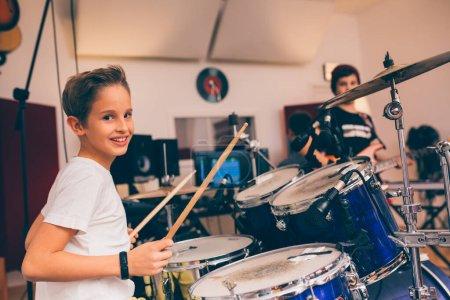 Photo pour Enfants groupe de rock jouant en studio de musique - image libre de droit