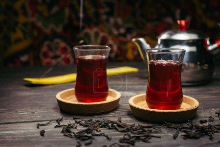 Photo pour Thé turc sur table en bois - image libre de droit