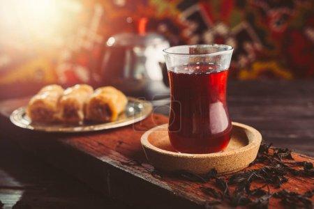 Photo pour Thé turc et baklava sur table en bois - image libre de droit