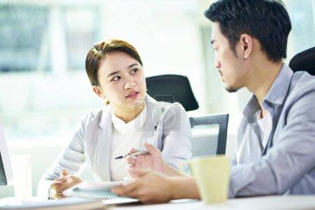 Photo pour Homme d'affaires asiatique et femme d'affaires travaillant ensemble dans le bureau discutant le plan d'affaires. - image libre de droit