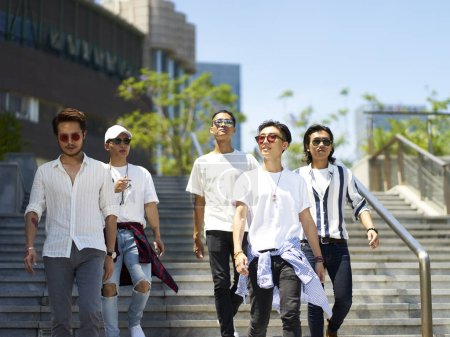 Photo pour Un groupe de cinq jeunes adultes asiatiques traînant ensemble dans la rue - image libre de droit