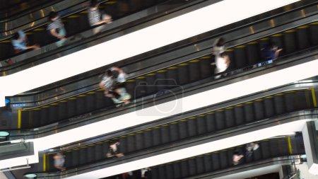 Photo pour Escalator en Mall - plusieurs escaliers mécaniques sur le dessus, vu de haut - image libre de droit