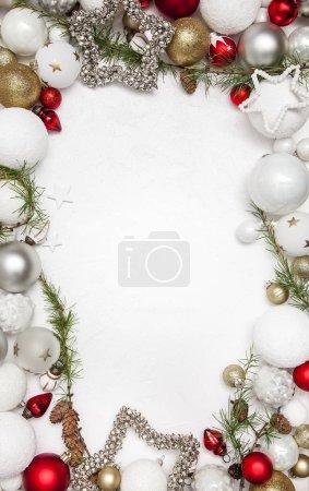 Photo pour Carte de voeux avec les décorations de Noël et de branches de sapin avec cônes, gros plan - image libre de droit