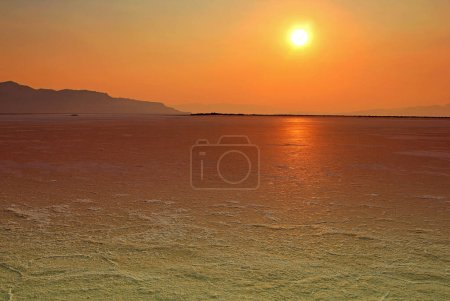 Photo pour Dramatique ciel coucher de soleil sur la mer calme - image libre de droit