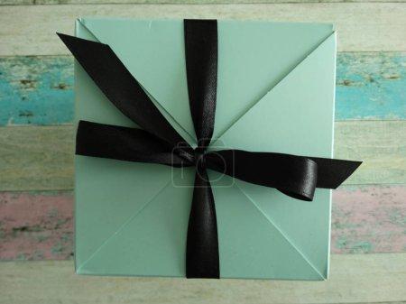Photo pour Boîte cadeau verte avec un noeud noir - image libre de droit