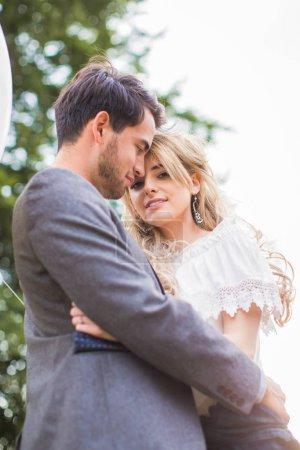 Foto de La situación de la joven pareja romántica feliz abrazo en el exterior de la luz del sol - Imagen libre de derechos