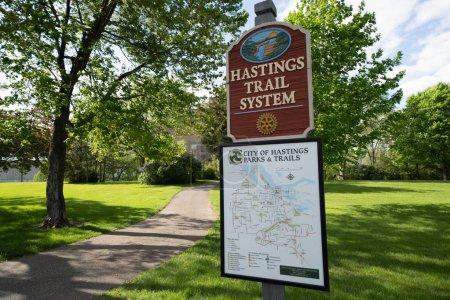 Foto de Hastings, Minnesota-25 de mayo de 2019: cartel para el Hastings Trail System, con un mapa para ciclistas y excursionistas para los senderos y senderos dentro de la ciudad - Imagen libre de derechos