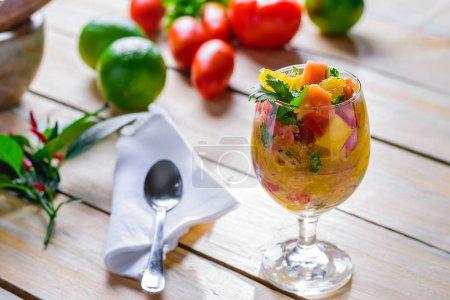 Photo pour Ceviche de poisson et mangue. Plat rafraîchissant de poisson mariné dans du jus d'orange. Régime alimentaire et alimentation saine - image libre de droit