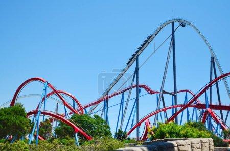 Photo pour SALOU, ESPAGNE - 10 JUIN : Roller Coaster dans le parc d'attractions de Port Aventura en Espagne . - image libre de droit