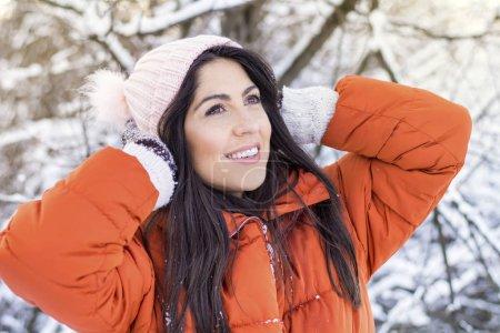 Photo pour Belle souriante jeune femme dans une forêt de Snowy hiver. Vacances d'hiver - image libre de droit