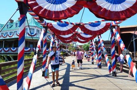 Photo pour SALOU, ESPAGNE - 10 JUIN : Parc d'attractions Port Aventura en Espagne.Zone Ouest américaine avec drapeaux d'Amérique - image libre de droit