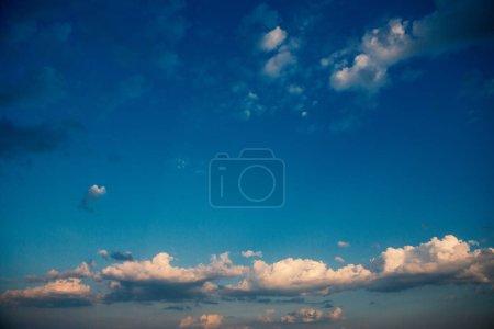Photo pour Nuages blancs sur ciel bleu foncé - image libre de droit
