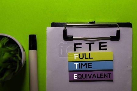 Photo pour ETP. Acronyme équivalent temps plein sur des notes collantes. Bureau fond de bureau - image libre de droit