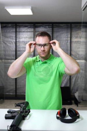 Photo pour Champ de tir. Beau homme trains tir au champ de tir sportif . - image libre de droit