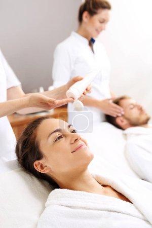Photo pour Bien-être pour les amoureux. Une femme et un homme sur un traitement de soins dans un salon spa. - image libre de droit