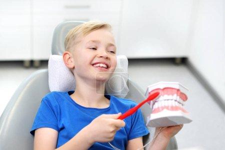 Photo pour Dents saines, beau sourire. Enfant chez le dentiste - image libre de droit