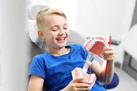 Photo pour La carie dentaire chez l'enfant, principes d'hygiène buccodentaire. - image libre de droit