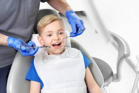Photo pour Anesthésie. Le dentiste fait une injection d'analgésique à l'enfant - image libre de droit