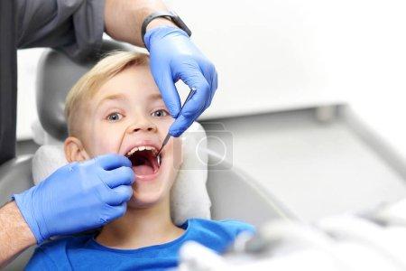 Photo pour Enfant chez le dentiste. Examen dentaire - image libre de droit