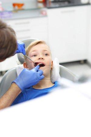 Photo pour Examen dentaire. Enfant chez le dentiste - image libre de droit