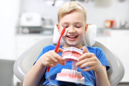 Photo pour Cachetage des dents, enfant chez le dentiste - image libre de droit