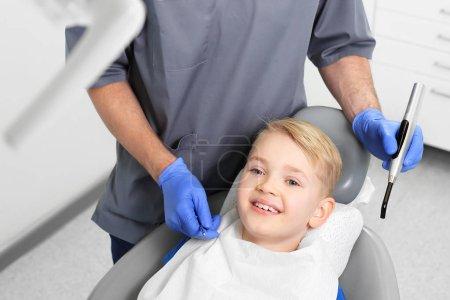Photo pour Traitement de la perte dentaire, enfant chez le dentiste - image libre de droit
