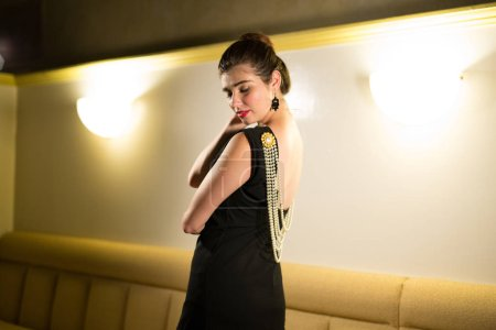 Молодой кавказской женщины одетые как
