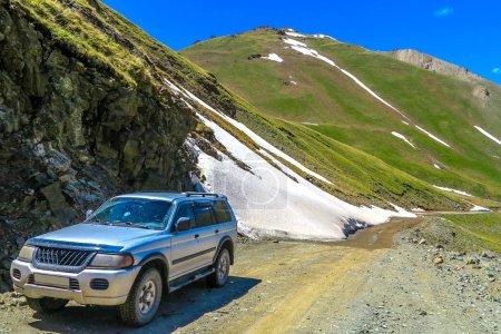 Photo pour Chemin De Voiture De Jeep Vers Le Lac De Kul De Chanson Avec Paysage De Montagnes Couvert De Neige - image libre de droit