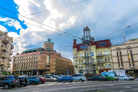 Photo pour Khreshchatyk rue de Kiev Multi niveau bâtiments néoclassiques avec des voitures en stationnement - image libre de droit