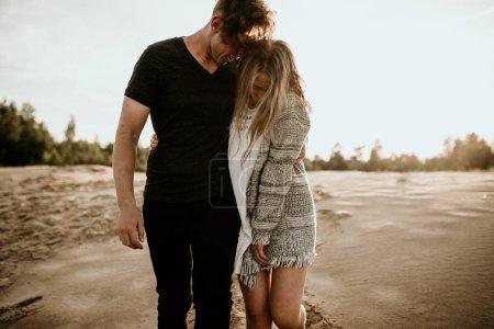 Photo pour Couple heureux amoureux passer un bon moment sur la plage et profiter de l'autre - image libre de droit
