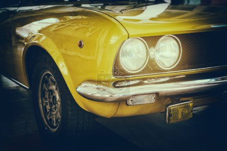 Foto de Vista frontal de coche de época clásica. Tonificada retro postal, cartel. - Imagen libre de derechos