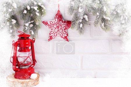 Foto de Composición de vacaciones de invierno festivo con ramas de abeto y decoraciones de la Navidad - Imagen libre de derechos