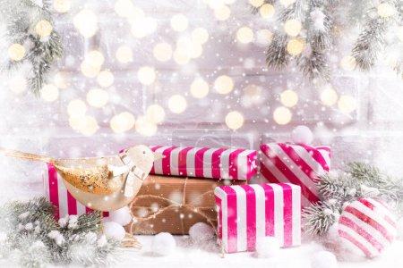 Photo pour Composition festive des vacances d'hiver avec branches de sapin et décorations de Noël - image libre de droit