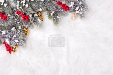 Photo pour Composition de vacances hiver festif avec des branches d'arbres sapin et décorations de Noël - image libre de droit