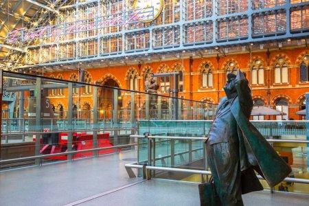 La statue Betjeman de Sir John Betjeman l'homme qui sauve la station St. Pancras de la démolition dans les années 1960 à la station St Pancras à Londres, Royaume-Uni
