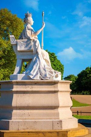 Statue de la reine Victoria devant le palais de Kensington dans les jardins de Kensington à Londres, Royaume-Uni
