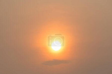 Photo pour Sky at dusk with bright hiding sun - image libre de droit