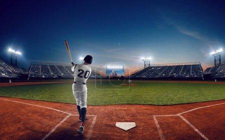 Photo pour Joueur de baseball au stade de baseball professionnel en soirée duri - image libre de droit