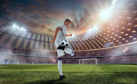 Photo pour Les joueurs de football en action sur le stade professionnel. - image libre de droit