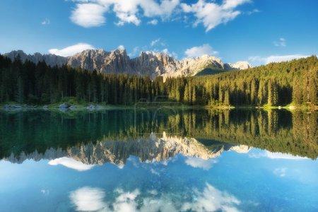 Montagnes et réflexion forestière à la surface de l'eau. Paysage naturel dans les Alpes des Dolomites en Italie