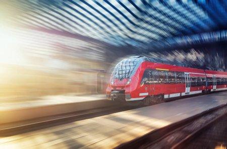 Tren rápido en la estación de tren. Composición con transporte. Concepto e idea en el artículo de transporte. Tren de pasajeros en la estación