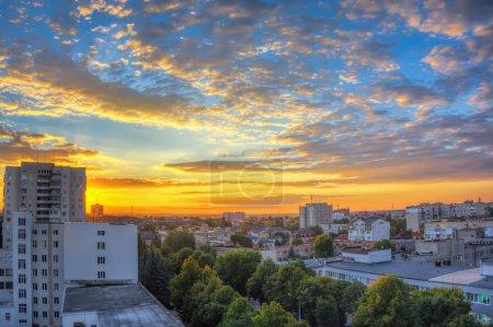 Photo pour Ciel avec nuages sur la ville au coucher du soleil. - image libre de droit