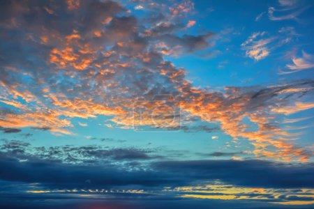 Photo pour Ciel bleu avec des nuages au coucher du soleil. - image libre de droit
