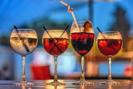 Photo pour Cocktails sur une barre de table. - image libre de droit