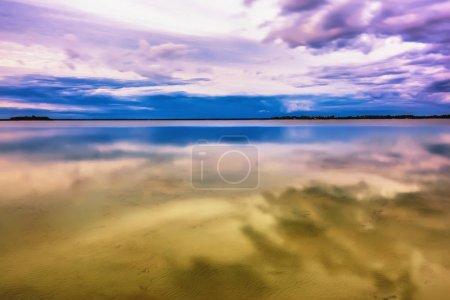 Photo pour Au crépuscule sur le lac. Le ciel et les nuages sont affichés dans l'eau . - image libre de droit