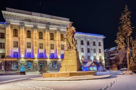 Photo pour Monument à T. Shevchenko, près de l'Université nationale d'orientale européenne orné de guirlandes de nouvel an dans la ville de Loutsk (Ukraine) - image libre de droit