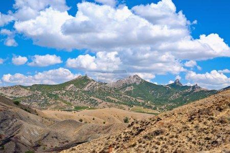 Photo pour Montagnes et le ciel avec nuages au-dessus d'eux par une journée ensoleillée. - image libre de droit