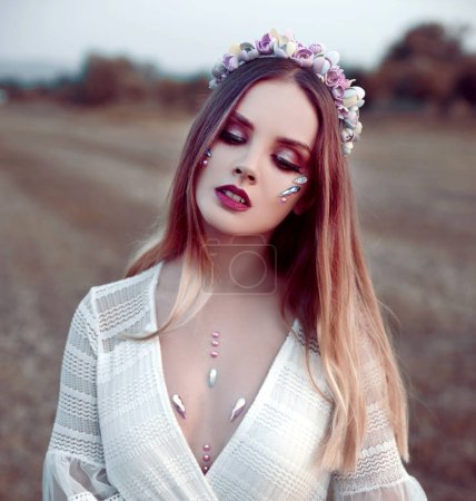 Photo pour Portrait de jeune femme posant en couronne - image libre de droit