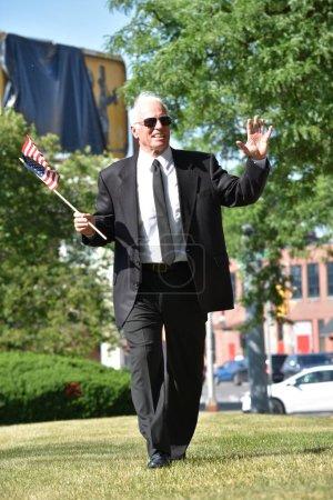Gouverneur principal adulte amical avec la promenade de drapeau des États-Unis